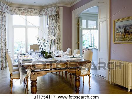 Billard Table Haute Dans Traditionnel Lilas Salle Manger A Parquet Et Creme Radiateur Banque De Photo