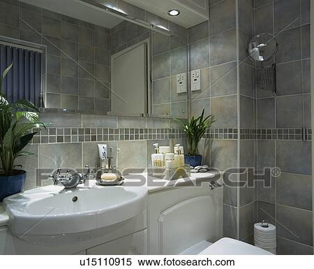 Blanc, bassin, dans, vanité, unité, dans, gris, carrelé, salle bains  Banques de Photographies