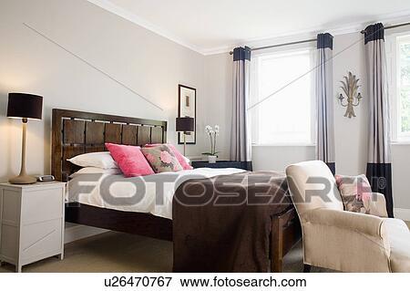 Blanc, bedlinen, et, brun, jeter, lit, à, bois, dosseret, dans, moderne,  gris, chambre à coucher, à, crème, fauteuil Banque de Photo