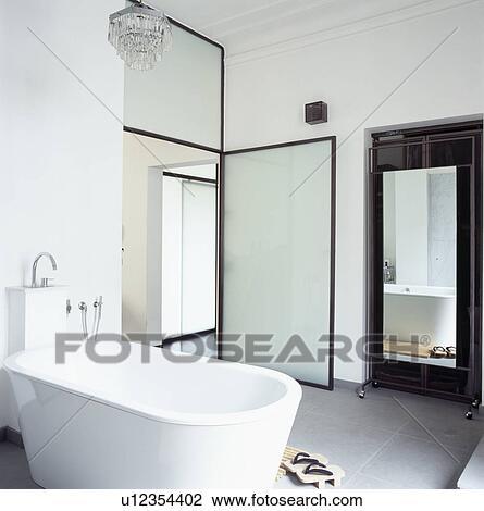 Blanc, moderne, bain, et, opaque, porte verre, dans, moderne, blanc, salle  bains, à, grand, miroir, dans, alcôve Banque d\'Image