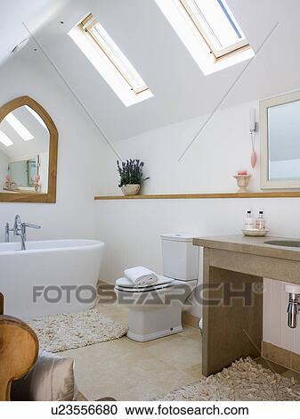 Blanc, pied, bain, dans, moderne, blanc, grenier, salle bains, à, velux,  fenetres Banque d\'Image