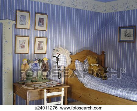 Stock Bilder - blau, gestreifte tapete, in, schlafzimmer kindes, mit ...