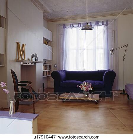 Sofa Vor Fenster bild blau velour sofa vor fenster mit weiß voile vorhänge