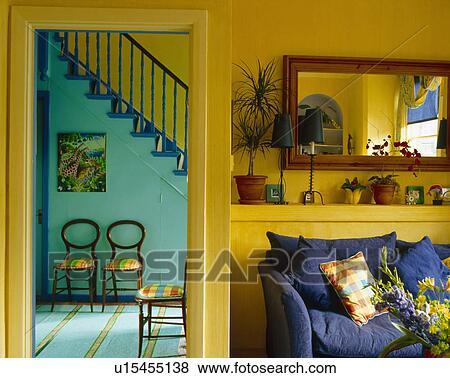 bilder blaues sofa unterhalb spiegel in gelb wohnzimmer mit ge ffnete t r to t rkis. Black Bedroom Furniture Sets. Home Design Ideas