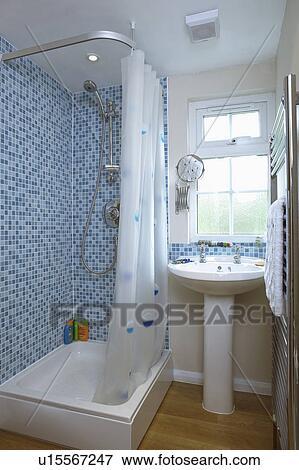 Bleu, mosaïque, tuiles mur, au-dessus, bain, à, blanc, rideau douche, dans,  salle bains, à, blanc, piédestal, bassin, au-dessous, fenêtre Banque ...
