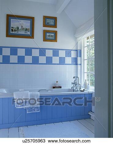Bleu, tongue+groove, lambris, sur, bain, dans, blanc, salle bains, à,  frontière, de, blue+white, tuiles, au-dessus, bain Banque d\'Image