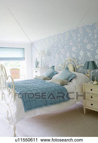 Blu, trapunta, e, bianco, lino, bianco, ferro battuto, letto, in, paese,  camera letto, con, blue+white, floreale, carta da parati Archivio Immagini