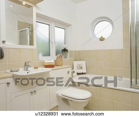 Bullauge Fenster Oben Bad In Modernes Badezimmer Mit Neutral Fliesenmuster Und Reservoir Gebaut In Eitelkeit Einheit Stock Bild U12328931 Fotosearch