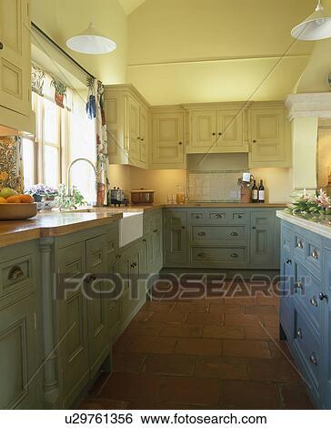 Carrière, dalles, dans, pastel, jaune, cuisine, à, bleu vert, peint ...
