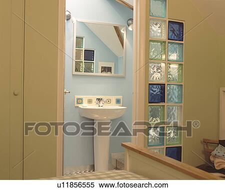 Chambre à coucher, ouverture porte, à, ensuite, salle bains, à, miroir,  au-dessus, blanc, piédestal, bassin, et, vert bleu, verre, briques, dans,  mur ...