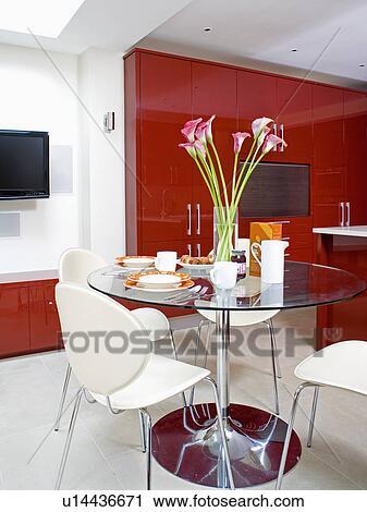 Circulaire Verre Et Chrome Piedestal Table A Blanc Diner Chaises Dans Moderne Rouge Blanc Cuisine Salle Manger Banque D Image