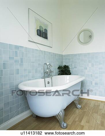 Clawfoot, bad, in, badezimmer, mit, pastell, blaue wand ...