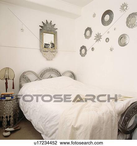 Banque de photo collection de tain miroirs sur mur au dessus d coup lit blanc - Miroir dans chambre a coucher ...