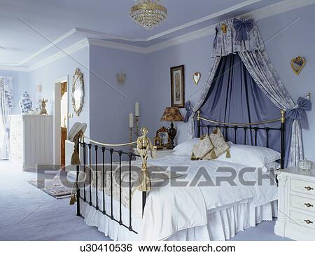 Pastel Blauw Slaapkamer : Stock afbeeldingen coronet met blauwe drapes boven messing