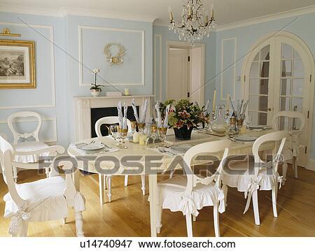 Creme Table Et Chaises A Blanc Coussins Dans Bleu Pale Pays Salle Manger Banque De Photo