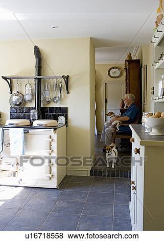 Immagini - crema, aga, in, cucina, con, vista, di, uomo, con, jack ...