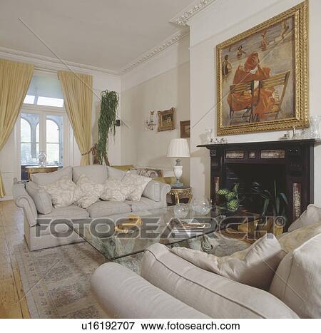 Bild Creme Sofas Und Modernes Glastisch In Traditionelle