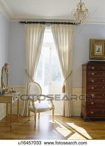 Stock Foto Creme Vorhange An Franzosische Fenster In Pastell