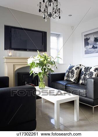 Cuoio nero, sofà, e, semplice, bianco, tabella caffè, in, piccolo, moderno,  bianco, soggiorno Archivio Immagini