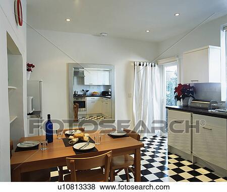 Drewniany Stół I Krzesła W Nowoczesny Kuchnia Z Blackwhite Chequerboard Podłoga Bank Zdjęć