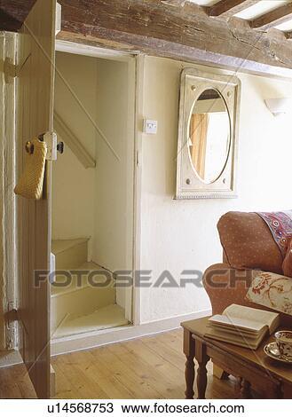 Treppenaufgang Tür stock foto geöffnete tür unterhalb groß balken to