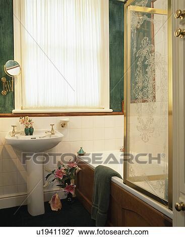 Gepaßt, voile, vorhang, auf, fenster, in, badezimmer, mit, graviert, glas,  dusche, schirm, auf, bad Stock Foto