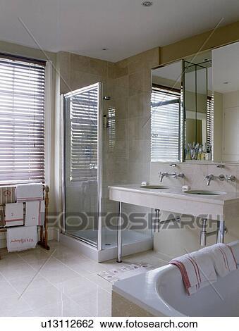 Stock Foto - glas, douche, kabinet, in, hippe, badkamer u13112662 ...