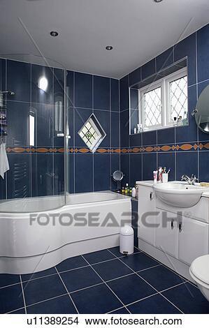 Glas, dusche, türen, auf, gebogen, weiß, bad, in, schwarz, gekachelt,  badezimmer Bild