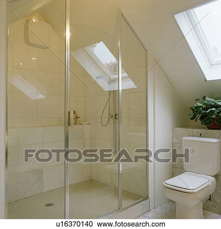Stock fotografie glas dusche t ren in modernes wei for Dusche dachgeschoss