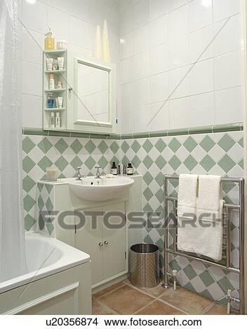 Grün weiß, fliesenmuster, unterhalb, dado, in, modernes, weiß, badezimmer,  mit, gebaut, reservoir, und, chrom, handtuch, schiene Bild