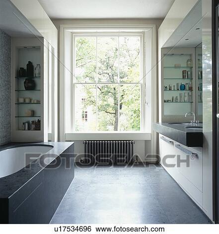 Banque d 39 images grand fen tre dans spacieux moderne for Fenetre noir et blanc