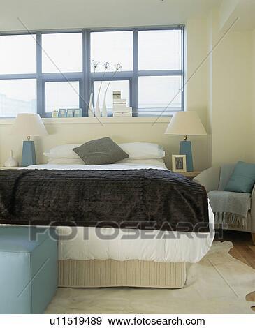 Archivio fotografico grigio velluto lancio letto con bianco bedlinen sotto grande - Letto con letto sotto ...