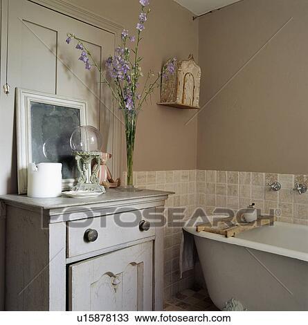 Gris, peint, placard, à côté de, rolltop, bain, dans, petit, beige, salle  bains, à, céramique, tuiles mur Banque d\'Image