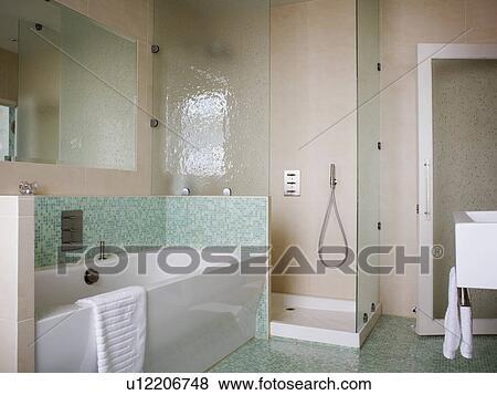 Mozaiek Badkamer Tegels : Beelden groene mozaïek tegels boven bad in hippe badkamer