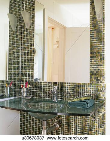 Gros plan, de, grand, miroir, au-dessus, verre, bassin, dans ...
