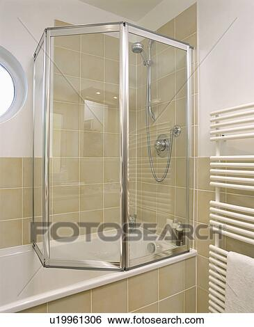 Stock Afbeeldingen - het vouwen, glas, douche, deuren, op, bad, in ...