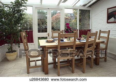 Lege houten eetkamer tafel stoel restaurant café u stockfoto