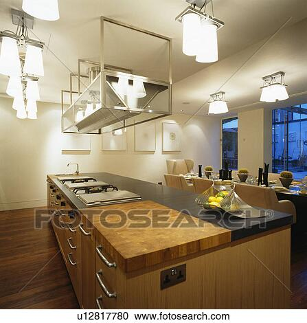Iluminación, sobre, isla, unidad, en, grande, moderno, cocina ...
