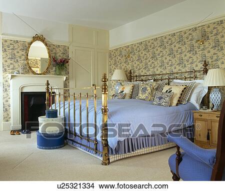 Kwiatowy Tapeta I Mosiądz łóżko Z Błękitny Narzutka Na łóżko W Kraj Sypialnia Zdjęcie