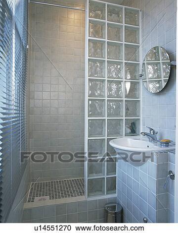 Ladrillo de vidrio, ducha, pared, en, pequeño, moderno, cuarto de ...
