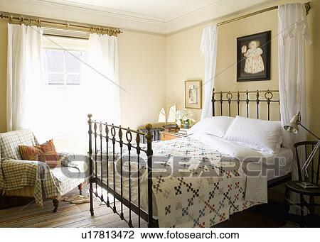 Stock Foto - lapwerk, stikken, op, antieke, ijzer, bed, met, witte ...