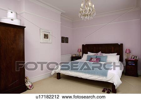 Lustre, au-dessus, lit, à, blanc, literie, et, turquoise, jeter, dans,  pastel, rose, chambre à coucher Banque d\'Image