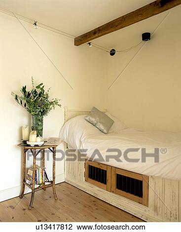Magazynowanie Kredensy Poniżej Dopasowany łóżko Z Biały Meszek W Mały śmietanka Kraj Sypialnia Z Bambus Bedside Stół Bank