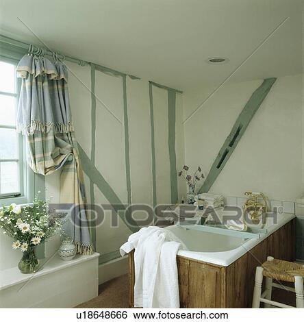 Malen, pastell, grün, balken, auf, wand, von, klein, weiß, hütte,  badezimmer Stock Fotograf