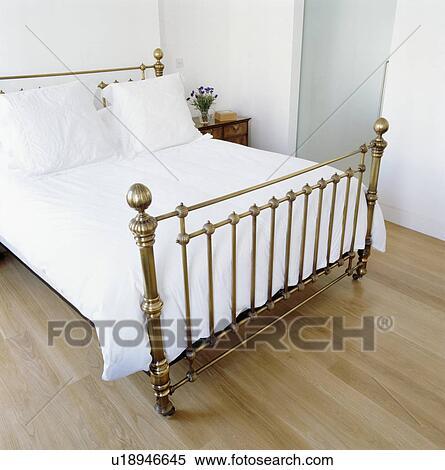 messing seng Stockmotiv   messing, seng, hos, hvid, linned, ind, moderne, hvid  messing seng