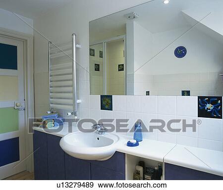 Miroir, au-dessus, bassin, ensemble, dans, bleu, vanité, unité, dans,  moderne, blanc, salle bains Banque de Photo