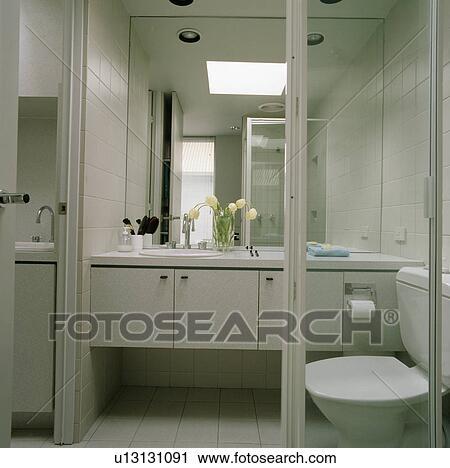 Moderne Blanc Salle Bains A Grand Miroir Au Dessus Ajuste