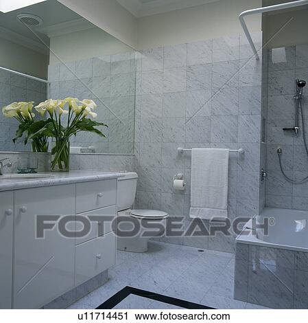Moderno, cuarto de baño, con, mármol gris, embaldosado, paredes ...