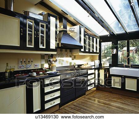 Cucina Moderna Con Tetto In Legno.Moderno Cucina Estensione Con Vetro Tetto E Pavimenti Di Legno Prefiniti Archivio Immagini