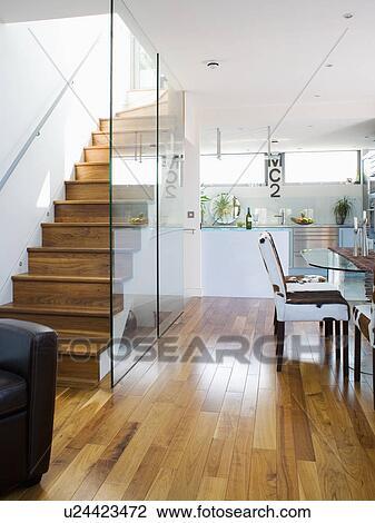 Mur verre, division, bois, escalier, depuis, moderne, blanc, sous-sol,  cuisine, à, plancher bois Banque d\'Image